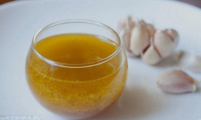 Приготовление чесночного масла против ушного клеща