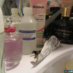 Перекись водорода на полке в ванной комнате
