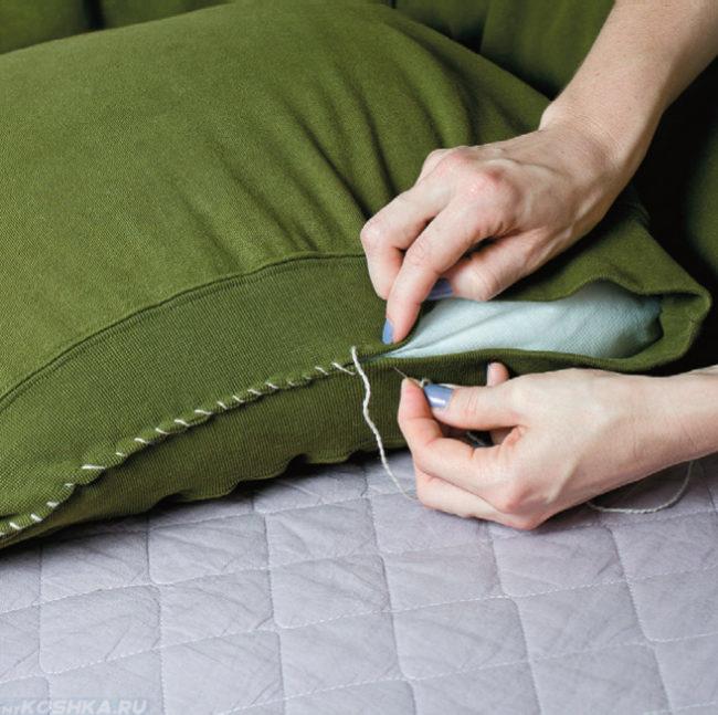 Зашивание подушки в свитер для кошачьего домика
