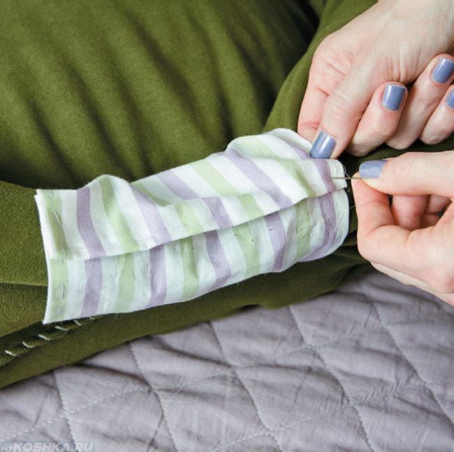 Прошиваем тканью рукава свитера
