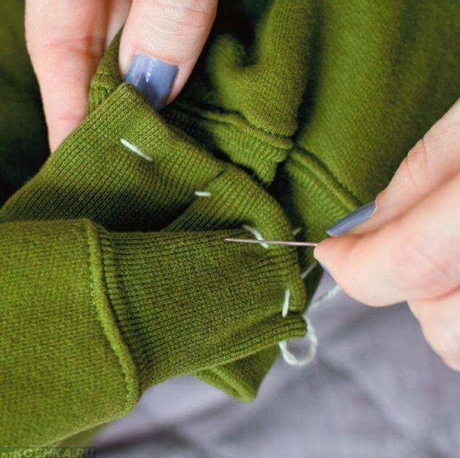Сшитие рукавов у кошачьего домика из свитера