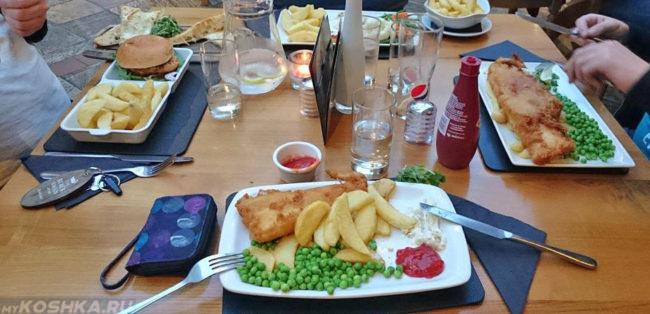 Стол который полностью накрыт едой