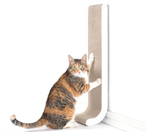 Кошка точит когти об вертикальную царапку