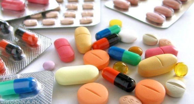 Разноцветные антибиотики на белом столе