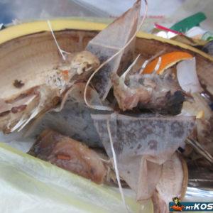 Остатки рыбы и кости в мусорном пакете