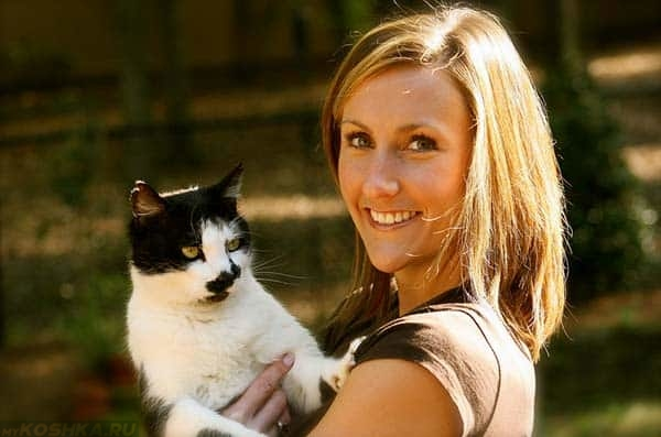 девушка улыбается и держит на руках кота