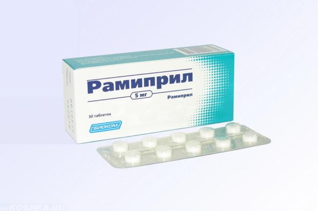 Препарат рамиприл в таблетках на белом фоне