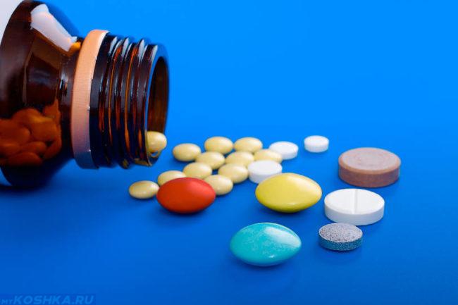 Разноцветные антибиотики выпавшие из баночки