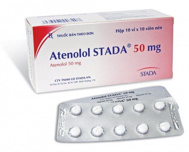 Атенолол в таблетках на белом фоне