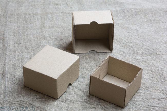 Три картонные пустые коробки