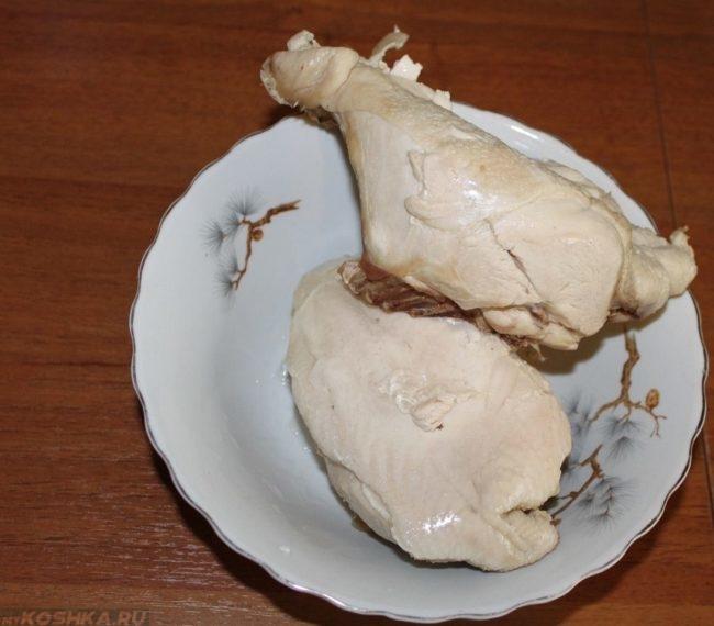 Отваренная курица в тарелке