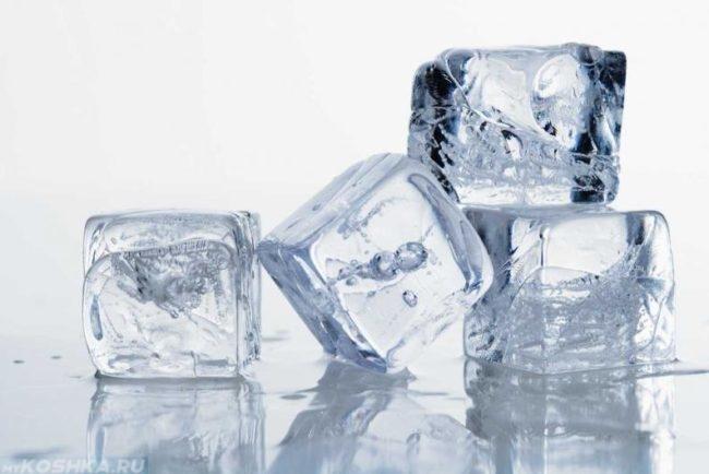 Кусочки льда на светлом фоне