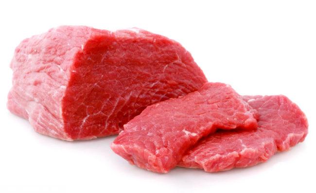 Свежее мясо на белом фоне