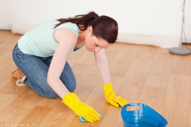 Дезинфекция помещения проводимая женщиной