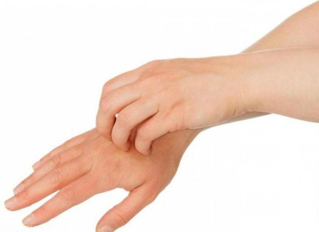 Руки женщины на белом фоне