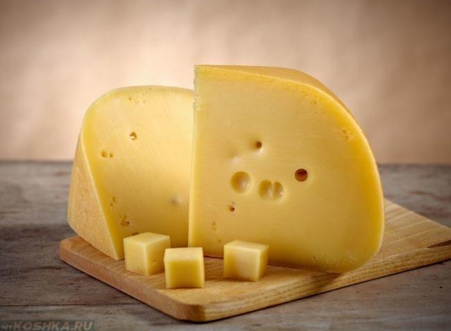 Жёлтый сыр на деревянной доске