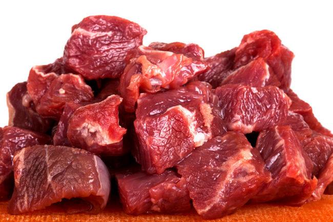 Сырое мясо нарезанное кусочками