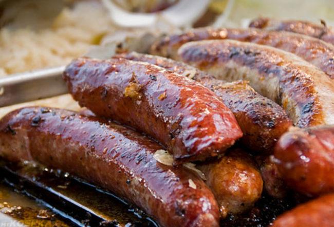 Жаренные жирные колбаски