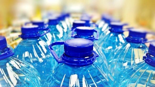 Вода в бутылках с синими крышками