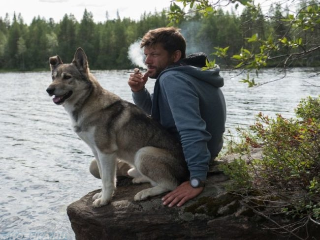 Собака и курящий человек