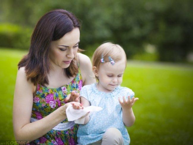 Ребёнок с мамой на прогулке