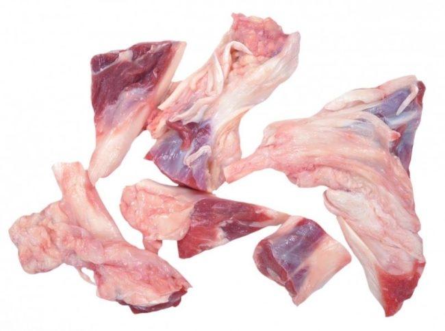 Говяжьи кости на белом фоне