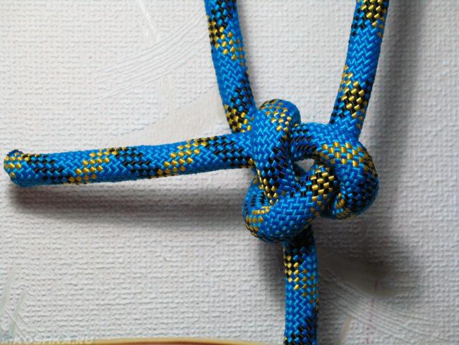 Отрезок шнура синего цвета