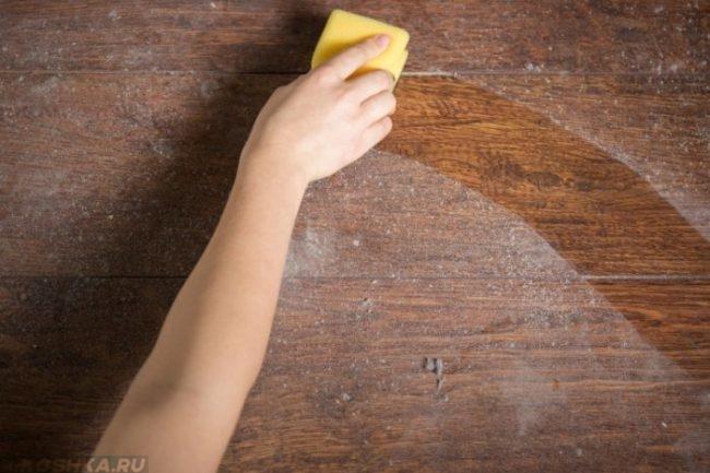 Пыль на деревянной поверхности