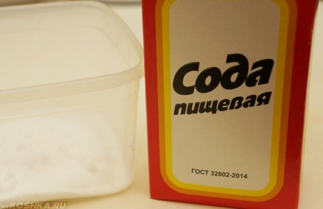 Сода пищевая в упаковке на столе