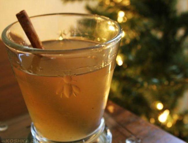 Водка перемешанная с мёдом в стакане