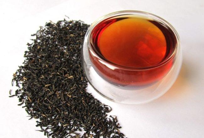 Чёрный чай на столе и заваренный в кружке