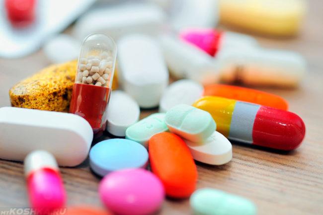 Разноцветные таблетки на столе