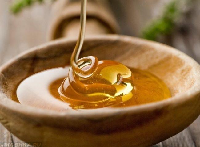 Мёд выливаемый в деревянную посуду