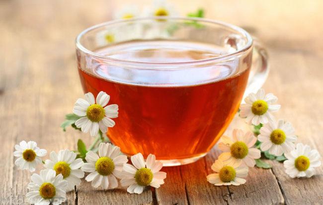 Ромашковый чай в прозрачной чашке