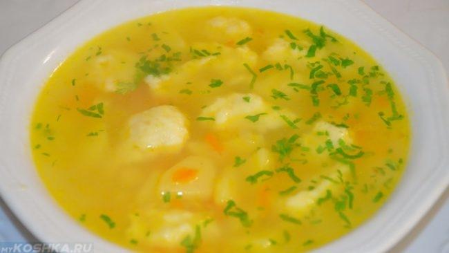 Лёгкий и нежирный суп в белой тарелке