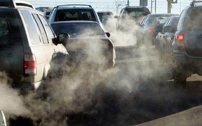 Автомобильные выхлопы на дороге