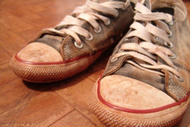 Грязная обувь в квартире на полу