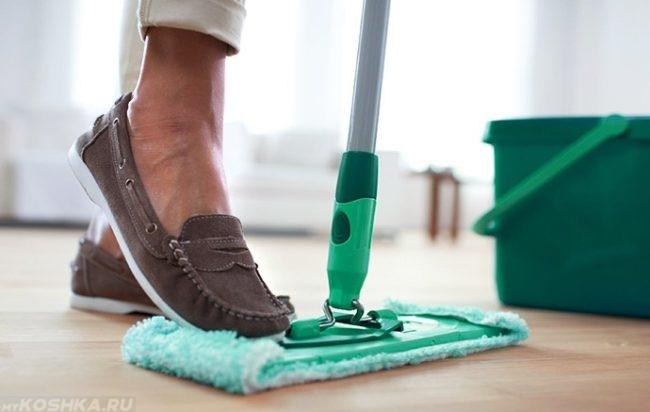 Влажная уборка пола шваброй