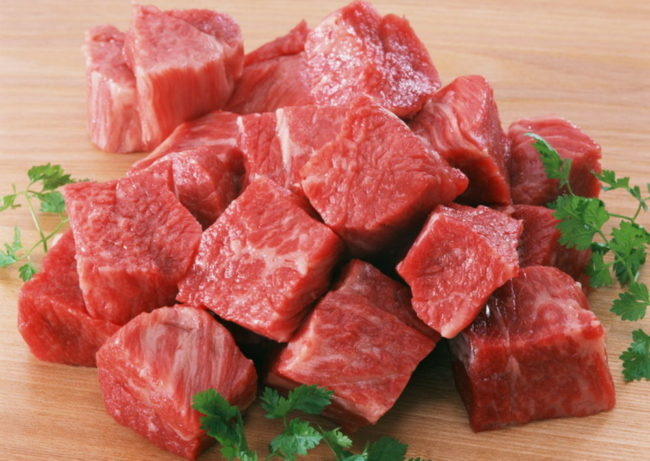 Небольшие кусочки свежего мяса для кормления взрослой собаки