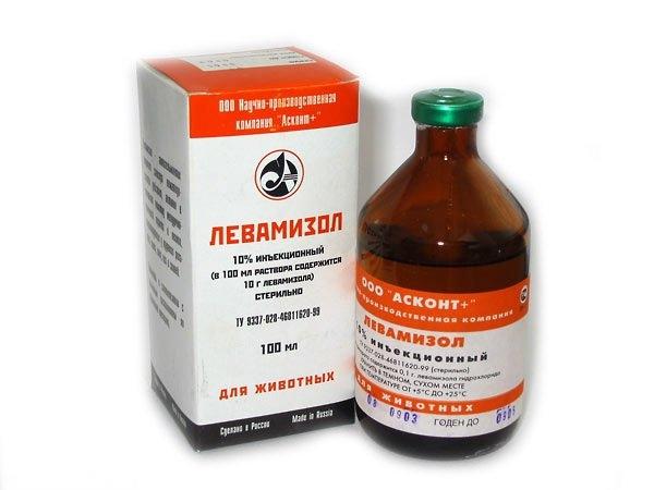 Упаковка и пузырек с жидким препаратом Левамизол для лечения глистов у домашних животных