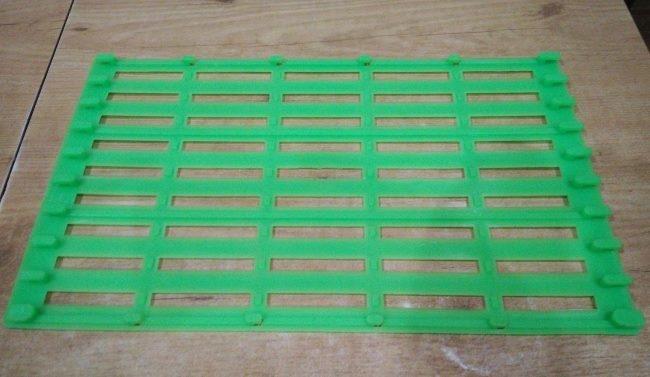 Зеленый пластиковый коврик для предотвращения образования натоптышей у кроликов